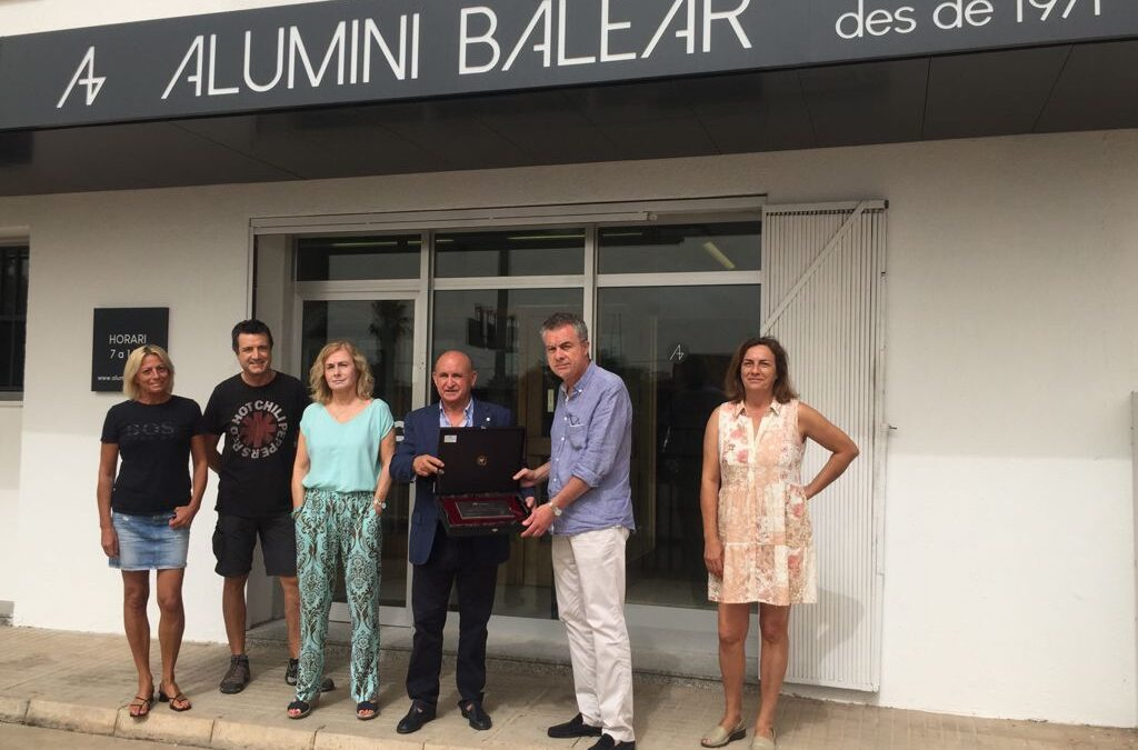 Alumini Balear receives the commemorative plaque from ASIMA for its 50th anniversary